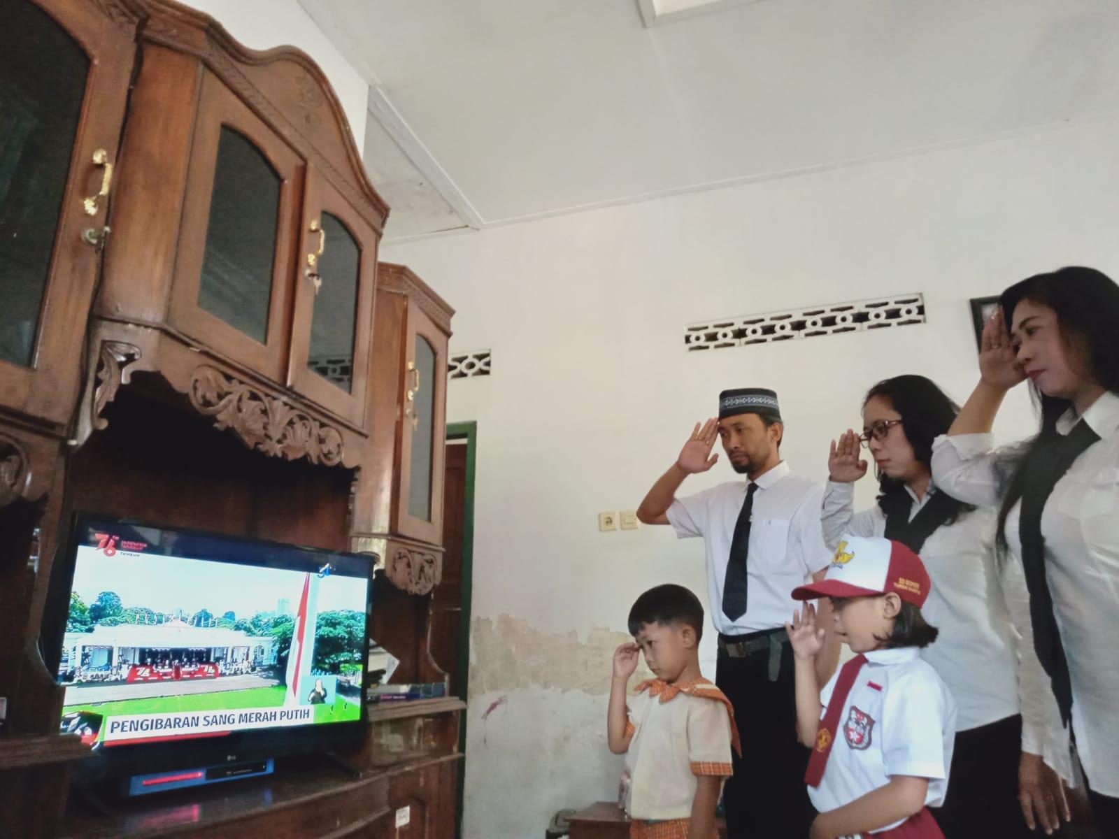 Keluarga Besar SMP Negeri 3 Kasihan  ikuti  Upacara HUT RI ke-76 secara Virtual